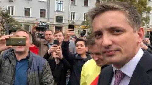 """""""Позор!"""". Толпа не дала бывшему казахстанскому журналисту освещать митинг в Москве"""