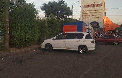 Нарушитель протащил полицейского на своем авто около 200 метров в Алматы