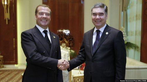 Президент Туркменистана появился на публике и купил у России лимузины