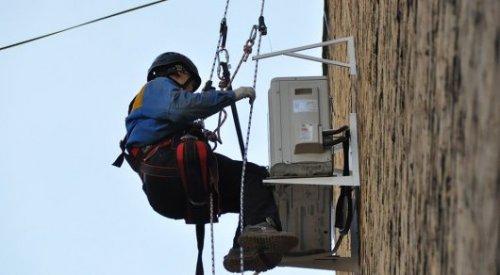 70-летний пенсионер перерезал веревки висящим на жилом доме альпинистам