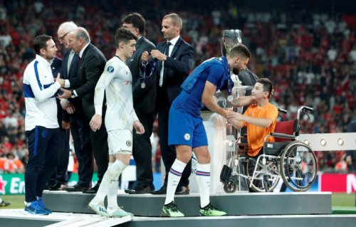 """Мальчик Али из Нур-Султана наградил """"Ливерпуль"""" и получил Суперкубок УЕФА от капитана"""