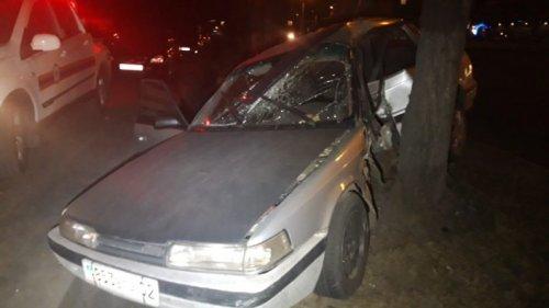 Автомобиль на скорости влетел в дерево в Алматы. Пострадали двое