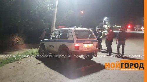 Полицейский на служебной машине врезался в столб в Уральске