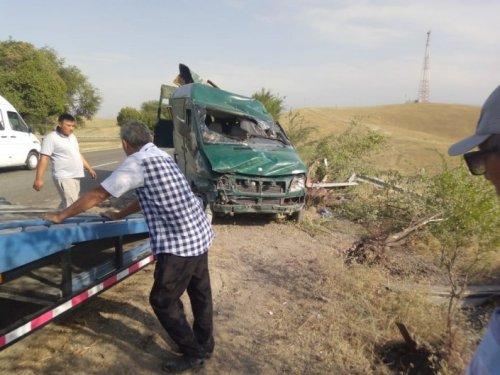 Бензовоз врезался в микроавтобус с 17 пассажирами под Алматы. Есть жертвы