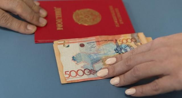 МОН предлагает не признавать дипломы онлайн-университетов в Казахстане