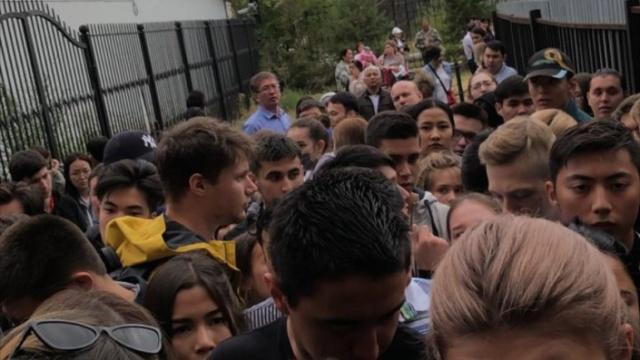 Казахстанские студенты с ночи занимают очередь у посольства Китая