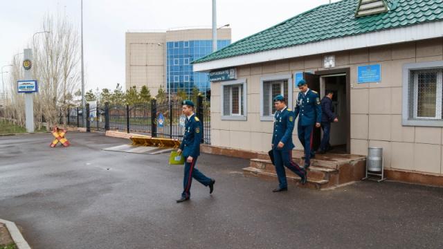 """Скандал в Военной школе """"Жас улан"""": Родители поступавших в  школу возмущены результатами отбора"""