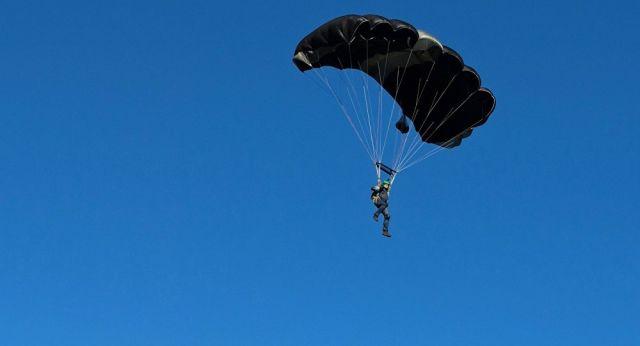 Военный разбился насмерть во время выполнения прыжков с парашютом в Казахстане