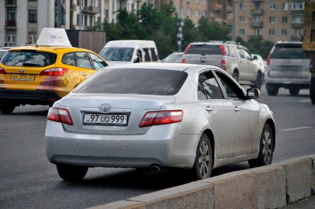 Тургумбаев объяснил, почему в МВД хотят ставить на учет авто с армянскими и кыргызскими номерами