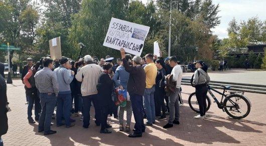 В  Нур-Султане группа людей с плакатами поддержала выступающих в Жанаозене