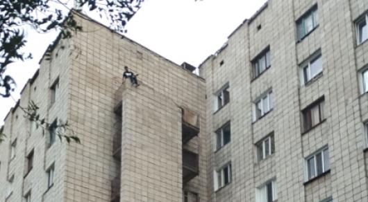 Час на краю балкона провел расстроенный ссорой с девушкой павлодарец