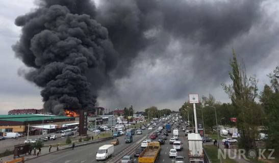Страшный черный дым от пожара в Алматы накрыл полгорода