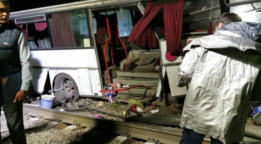 Стали известны новые подробности столкновения поезда с автобусом в Шамалгане