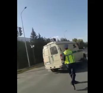 Полицейский, запустивший жезлом в машину, имел на это право
