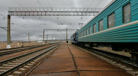 Женщина госпитализирована после падения из движущегося поезда Алматы - Костанай