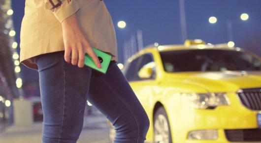 Таксист вместе с подругой грабили пассажиров в Алматы