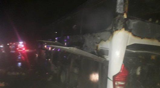 Автобус с 34 пассажирами загорелся на трассе в Туркестанской области