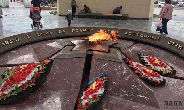 После ремонта: В Актау на монументе «Вечный огонь» появились трещины