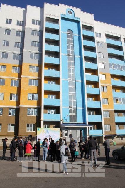 Ещё 37 семей в Актобе получили ключи от квартир по программе «Бақытты отбасы»