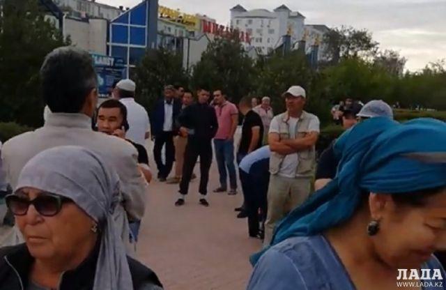 В Актау на площади «Ынтымак» собрались люди в поддержку выступающих в Жанаозене