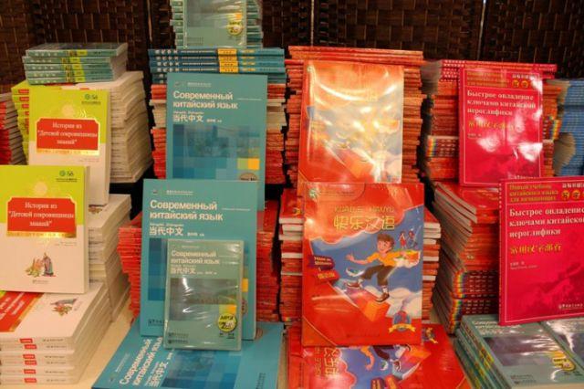 Посольство Китая подарило четырем столичным школам  учебники по изучению китайского языка