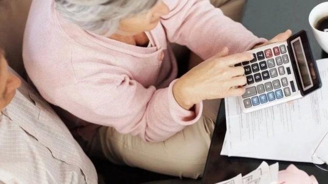 Как использовать пенсионные деньги до срока, чтобы не встретить нищую старость