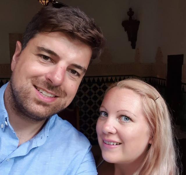 Любящий муж попросил жену закрыть глаза для сюрприза и затем ударил её ножом
