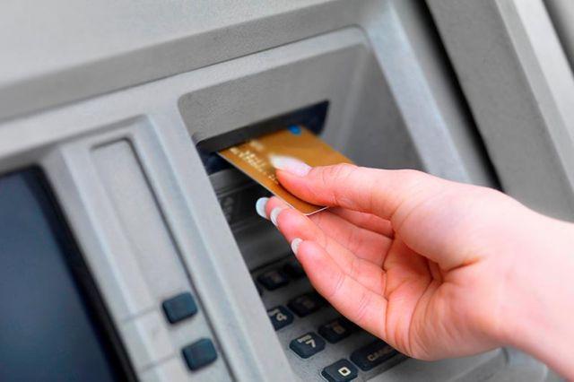Жительница Арыси сняла с карточки соседки деньги и оформила на нее три кредита