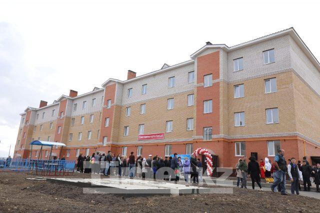 Аким Актюбинской области посетил Хромтау и вручил ключи от новых квартир 96 семьям новоселов