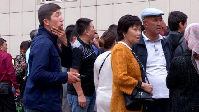 В Шымкенте из-за списания долгов возле банков возник ажиотаж