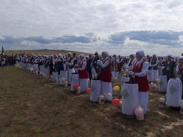 Установили рекорд Гиннеса: 10 тысяч литров кумыса взбили одновременно   в Карагандинской области