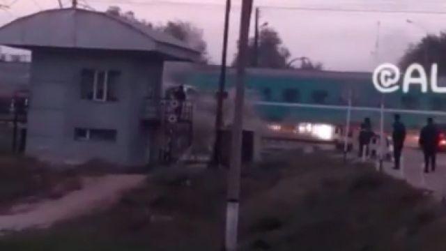 В Алматинской области поезд врезался в автобус - есть погибшие