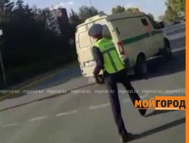 В ЗКО полицейский разбил жезл об автомобиль