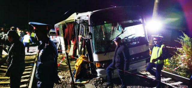 Почему попавший в ДТП с поездом автобус не смог съехать с рельс, рассказали в МВД