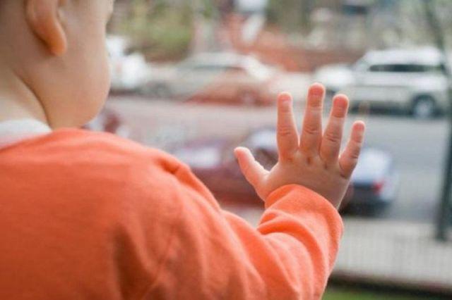 Двухлетний ребёнок разбился после падения из окна шестого этажа в Павлодаре