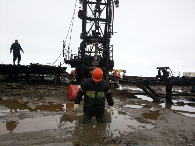 Эксперт: Зарплаты рабочих-нефтяников должны быть под 400-600 тысяч тенге