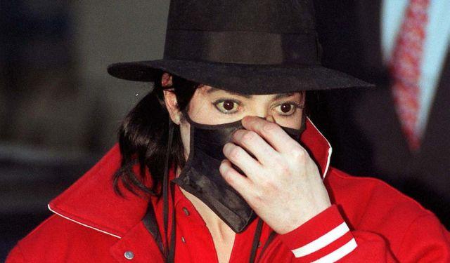 Почему Майкл Джексон носил маску и пластырь