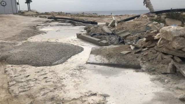В Актау строительная компания сливает цемент на берег моря