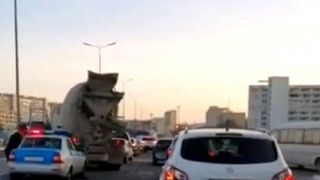 Бетономешалка протаранила четыре машины в Актау