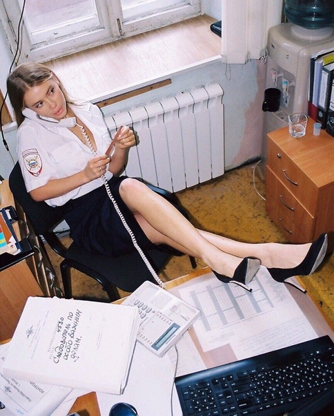 Девушка устроила откровенную фотосессию в отделении полиции в Москве