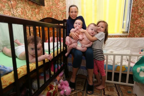 У многодетной семьи сняли со счета деньги на квартиру