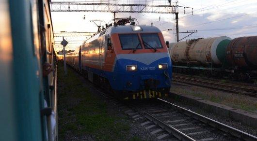 Остановить движущийся поезд пытался житель Жамбылской области