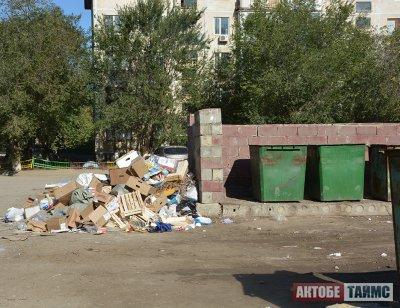 Коммунальщики винят полицию в хаосе на мусорках в Актобе
