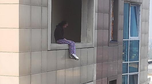В Алматы полицейские спасли женщину, пытавшуюся выброситься