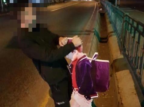 Студента арестовали на трое суток за издевательство над макетом школьника