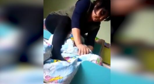 Детсад закрыли после видео с удушением девочки воспитателем