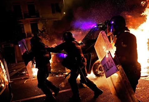В Каталонии 24 полицейских пострадали во время ночных протестов