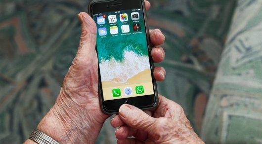 Синий свет смартфона ускоряет старение - ученые