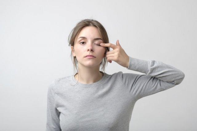 """Невролог рассказал, о чем предупреждает """"дергающийся"""" глаз"""