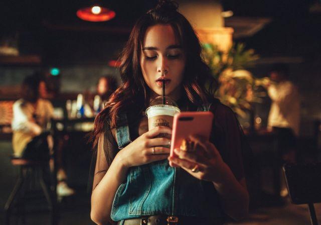 Пользователи смартфонов загоняют себя в депрессию - ученые